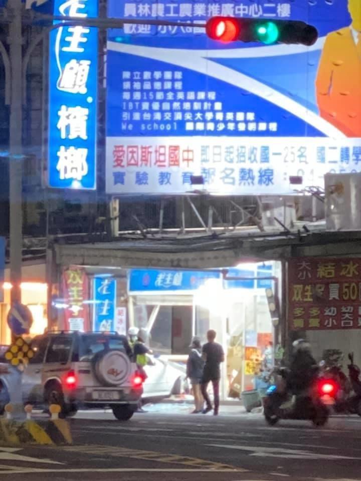 <br> ▲曾姓男子說,他駕自小客準備左轉往鹿港方向,不知道怎麼會撞進路口的檳榔攤。(圖/記者陳雅芳攝,2020.04.21)