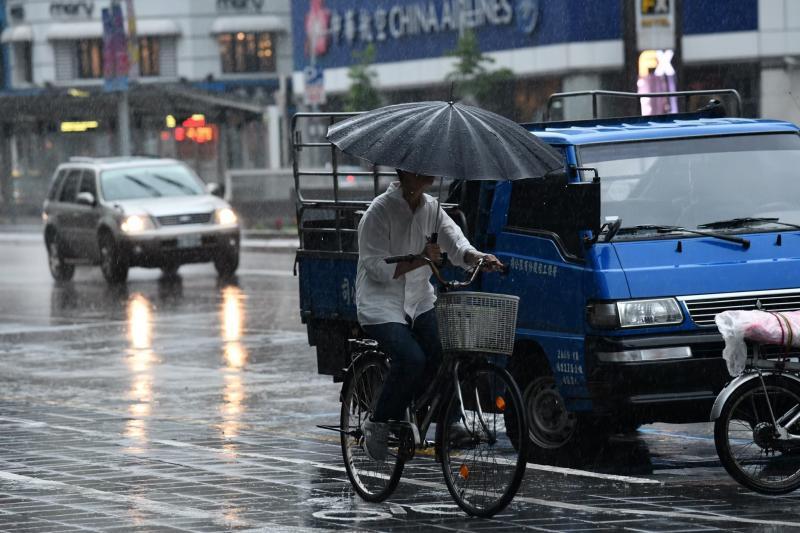 ▲中央氣象局今(22)日上午指出,受東北季風及華南雲雨區影響,基隆北海岸及北部山區一帶,有局部大雨發生機率, 提醒民眾注意大雨。(圖/NOWnews資料照)