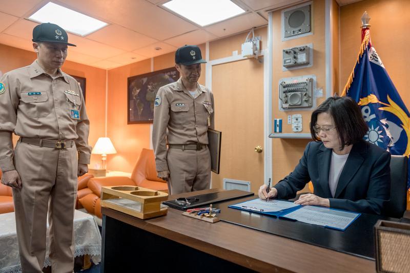 陳道輝(中)與總統蔡英文(右)合照。(圖/總統府資料照)