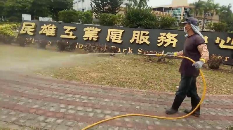 嘉義縣政府協助縣內7大工業區進行防疫消毒。