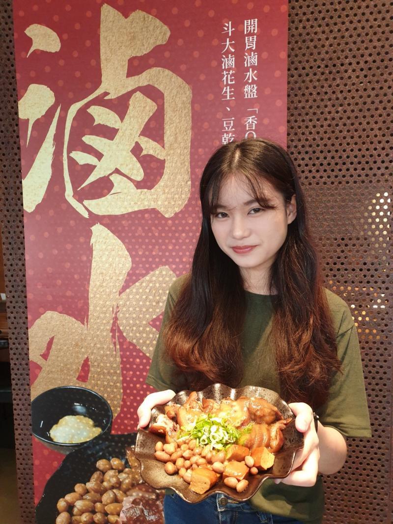 <br> ▲出雲鍋物不只賣火鍋,一系列客家風味的熟食,是吸客美味。(圖/金武鳳攝,2020.4.22)