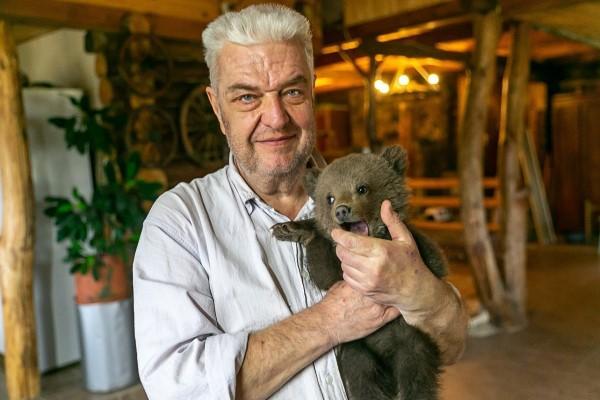 <br> 白俄羅斯農夫尼古拉日前發現一隻野生小棕熊闖入他的農場裡(圖/IG@ sergey_plytkevich)