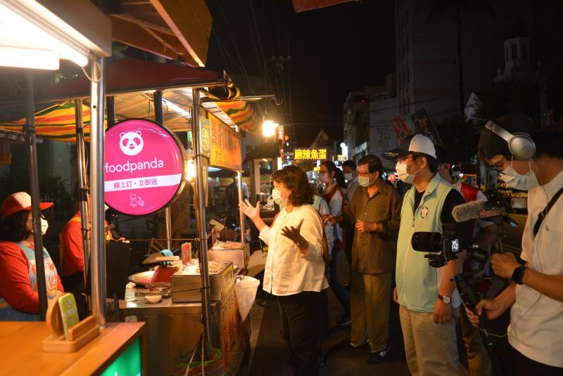 <br> ▲嘉義市長黃敏惠挨攤向攤商們加油打氣。(圖/記者郭政隆攝影2020.4.22)