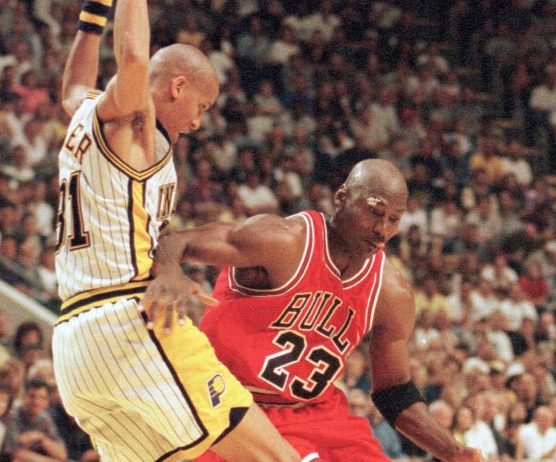 Michael Jordan對決Reggie Mille。(圖/美聯社/達志影像)