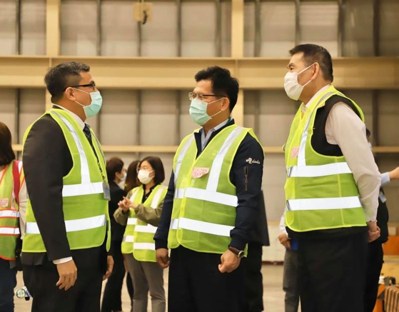 ▲交通部將擴大航空業的紓困預算,加碼至127.58億。(圖/林佳龍臉書提供)
