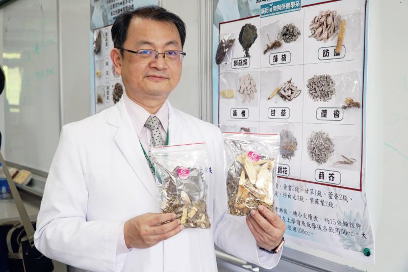 <br> ▲中醫師張世良教大家煮防疫茶。(圖/記者陳雅芳攝,2020.04.23)