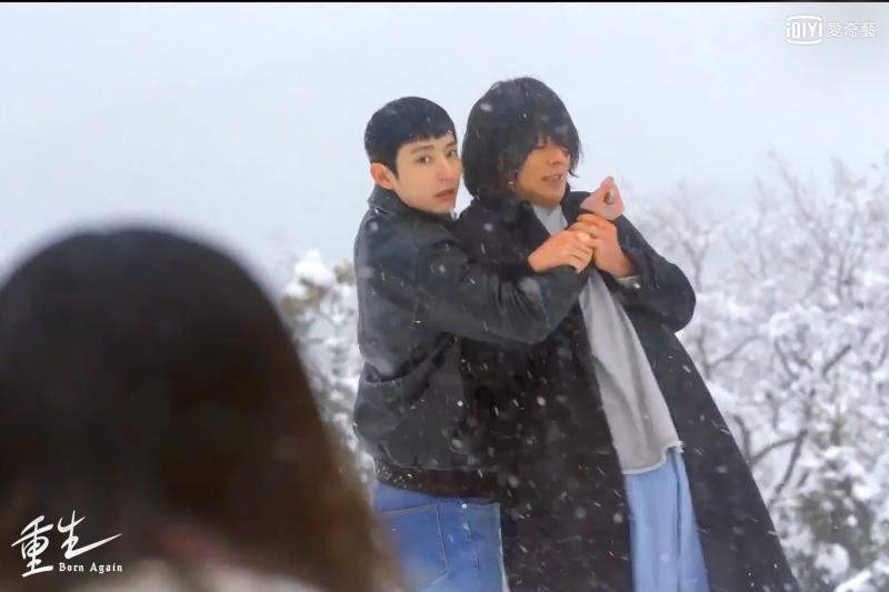 <br> ▲李洙赫(左)與張基龍兩人在雪地扭打。(圖/愛奇藝台灣站)