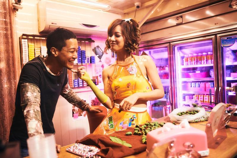 ▲孟耿如(右)在《做工的人》扮檳榔西施。(圖/HBO)