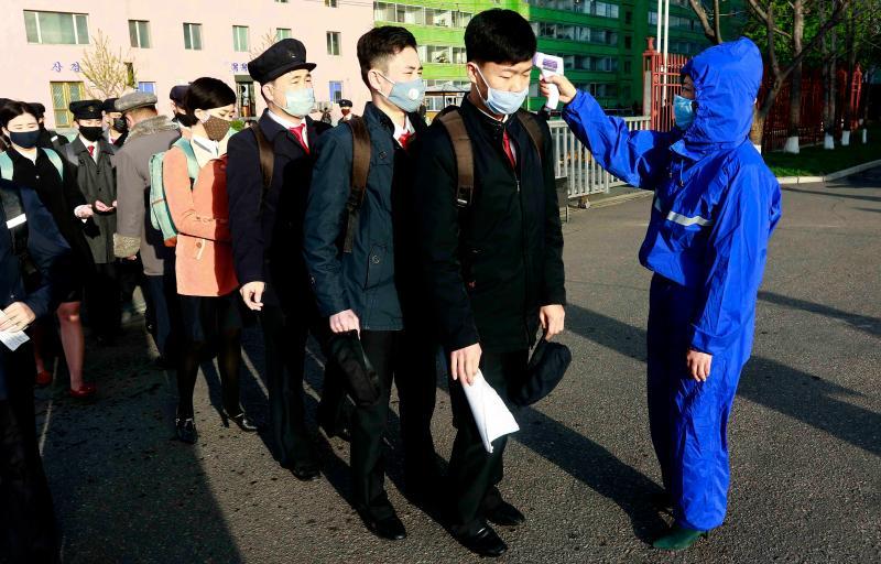 ▲北韓金策工業綜合大學的學生,上月 22 日於上課前接受體溫量測。(圖/美聯社/達志影像)