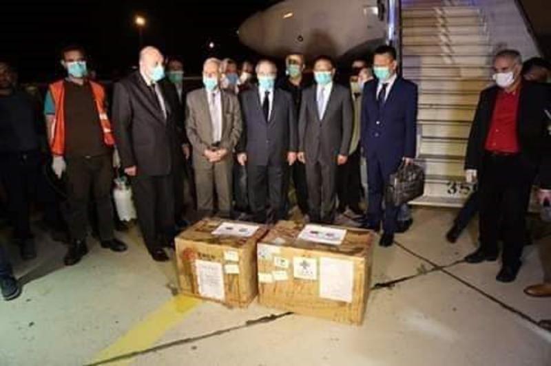 <br> ▲中國捐助敘利亞第一批物資僅兩個紙箱大小,與後方大批人馬形成尷尬對比。(圖/翻攝推特@Dannymakkisyria)