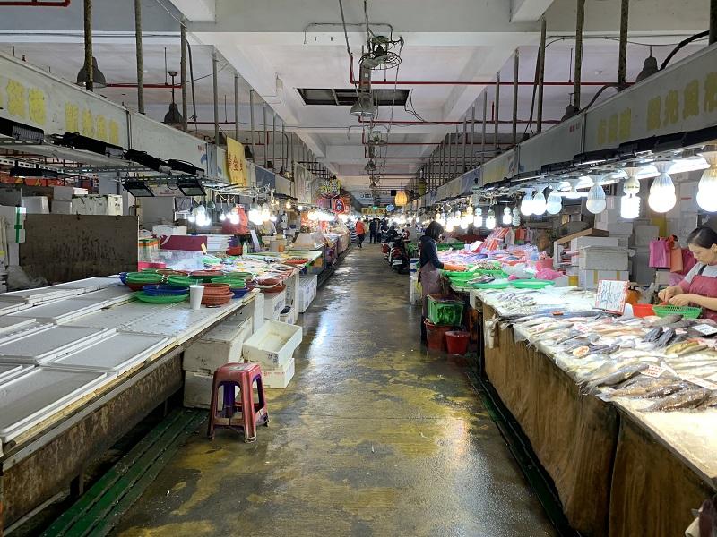 受新冠肺炎疫情影響,布袋觀光魚市人潮銳減,嘉義縣府與嘉義區漁會研議對攤商減租與加強防疫,提供安心消費環境。