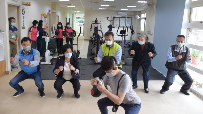 <br> ▲運動指導員協助高齡長者進行個別化的肌力訓練。(圖/記者陳雅芳攝,2020.04.24)