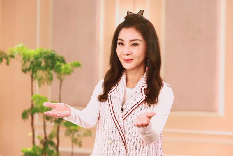 <br> ▲陳美鳳笑說自己騷擾工作人員。(圖/民視)