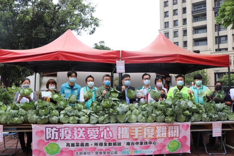 疫情波及公益團體募款 張廖萬堅義賣高麗菜送暖