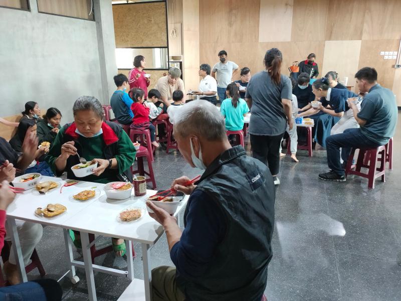 <br> ▲彰化慈濟志工帶來福慧珍粥、養樂多、美味蔬食餐盒等,到瑪撒露教會推廣茹素防疫的新觀念喜。(圖/記者陳雅芳攝,2020.04.25)