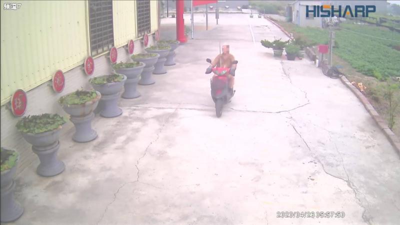 26日清晨,蔡姓老翁載著約5、6尺長的「齊眉」鐵棍,前往佛堂找被害人