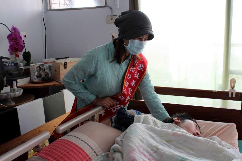 ▲鄭雅蔓用心照顧癱瘓臥床的大兒子及患有癲癇的小兒子,自立自強,精神堅毅。(圖/嘉義家扶提供,2020.04.27)