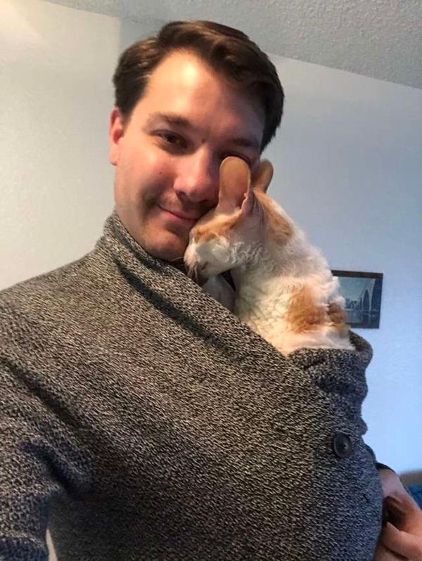 男友表明「絕對不愛貓」 沒幾天就被抓包和愛喵熱情共舞!
