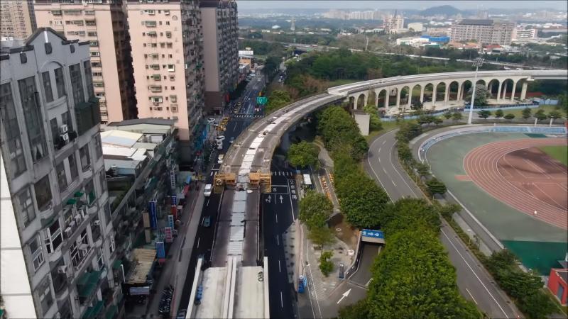 ▲捷運三鶯線LB05(龍埔站)至LB06(台北大學站)三峽區學成路,目前正進行下行線示範段鋼軌鋪設。(圖/新北市捷運局提供)