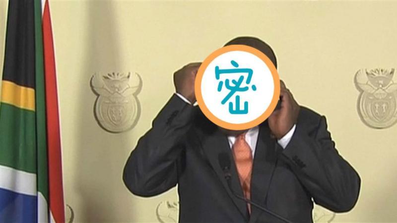▲南非總統日前示範戴口罩卻弄巧成拙。(圖/翻攝自推特)