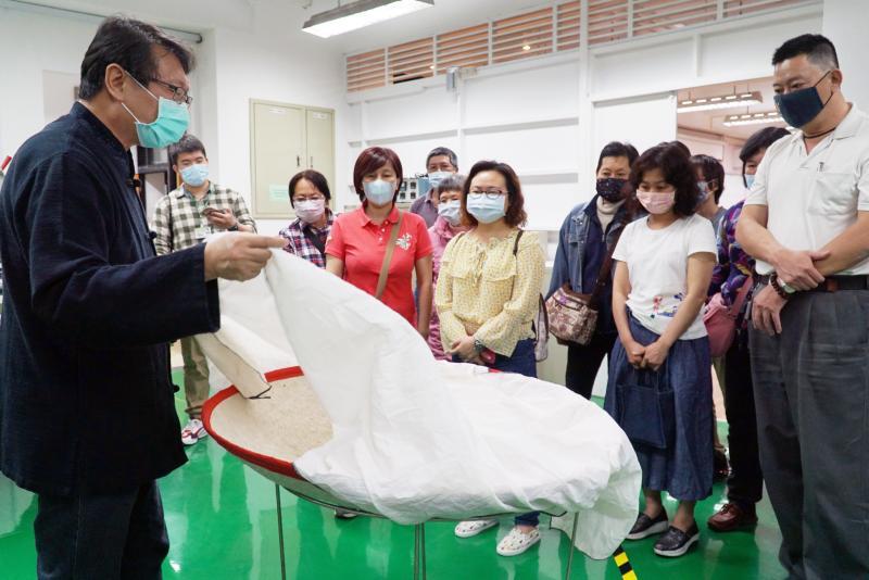 <br> ▲李世傑 (左一)向學員們說明製茶過程。(圖/記者陳雅芳攝,2020.04.27)