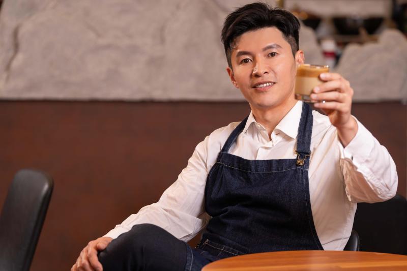 ▲《國民大會》主持人謝曜州挑戰400次咖啡。(圖/TVBS)
