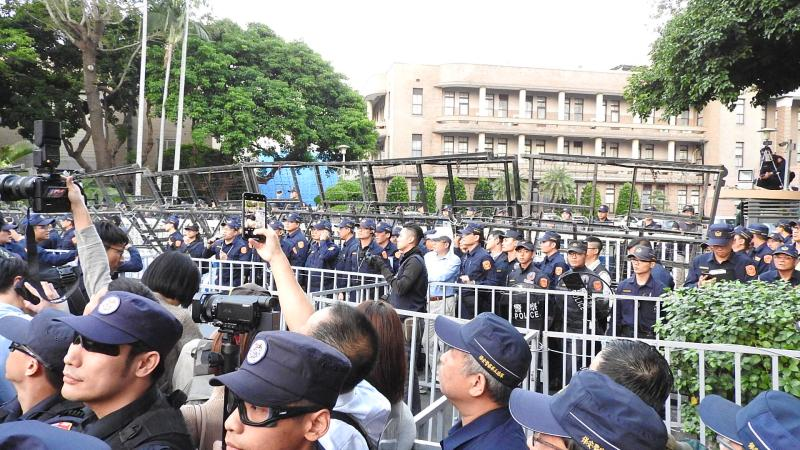 <br> 近千名退休警察2019年11月12日下午齊聚行政院前,仿效太陽花攻佔行政院模式,與警方發生劇烈推擠。(圖 / 記者陳弘志攝)