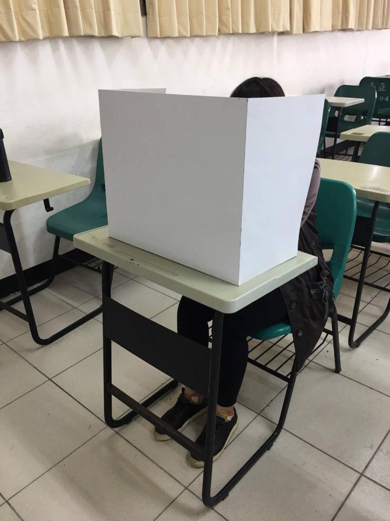 國中會考防疫 竹市府提供6千份午餐紙隔板防飛沫噴濺