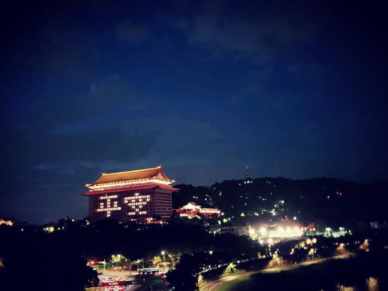 <br> ▲交通部長林佳龍今日晚間低調前往圓山大飯店,點亮「平安」為國人獻上祝福。(圖/交通部)