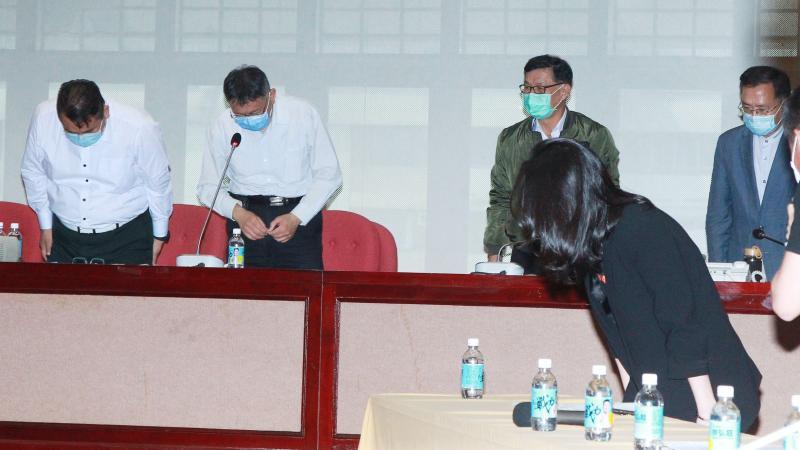 台北市長柯文哲與市府局處首長及國民黨台北市議員們,一同向錢櫃火警死傷者及家屬致歉。