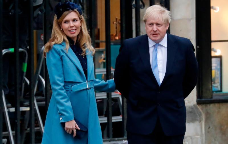 ▲英國「太陽報」今天報導,首相強生(Boris Johnson)和未婚妻席孟茲(Carrie Symonds)已將喜帖寄送親朋好友,預定2022年7月30日舉行婚禮。(圖/翻攝自太陽報)