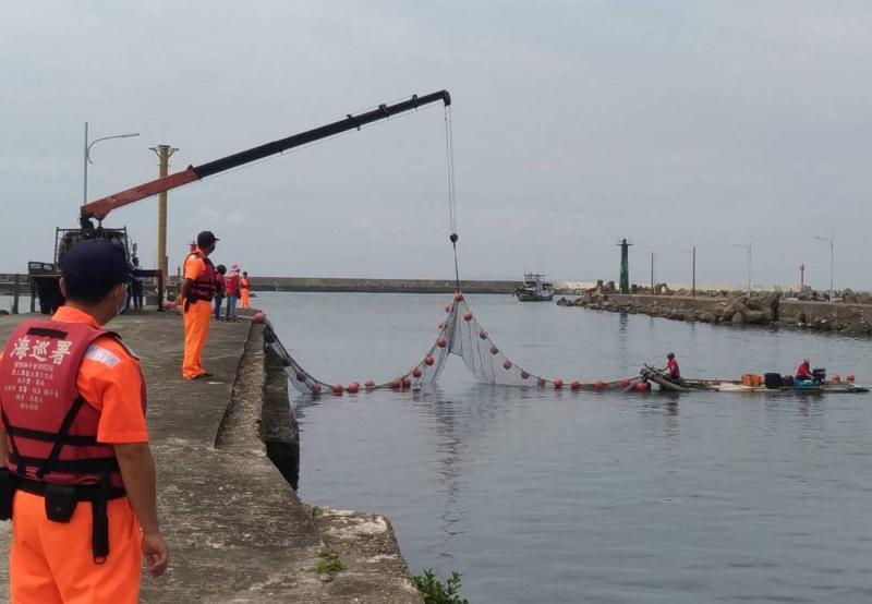 ▲高雄市政府海洋局舉辦漂流木攔木網演練。(圖/記者黃守作攝,2020.04.29)