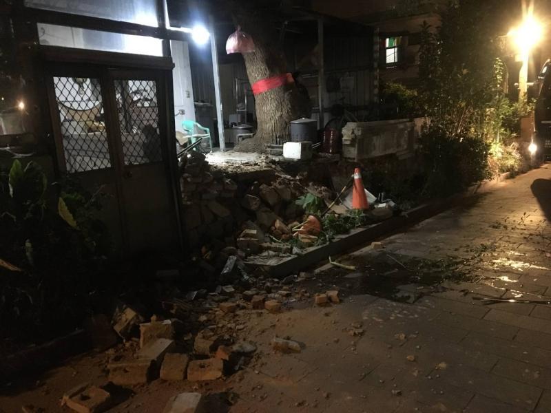 民宅前圍牆被撞出一個大洞