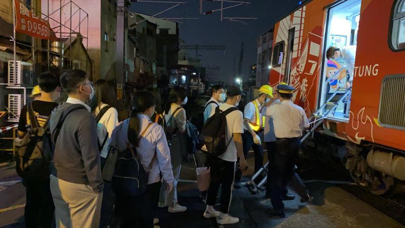 <br> ▲台鐵派另外的列車接駁受影響的乘客離開。(圖/記者陳聖璋攝,2020.04.29)