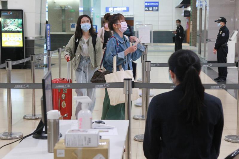 ▲台灣高鐵在防疫下足功課,在旅客進站處放置紅外線熱像