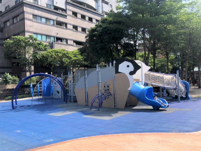 板橋<b>重慶公園</b>300萬打造「極地企鵝共融遊樂場」今啟用