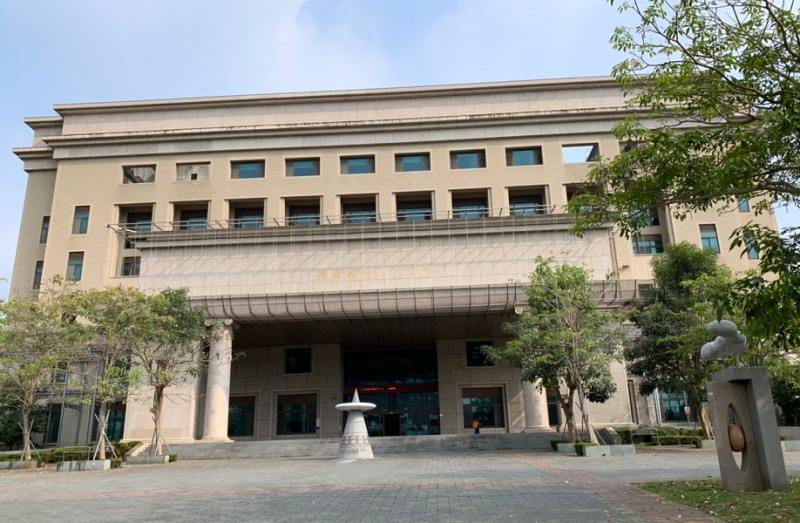 嘉義地方法院根據精神科醫師認定後,再依法判決殺警的鄭姓被告無罪,但須監護處分5年。
