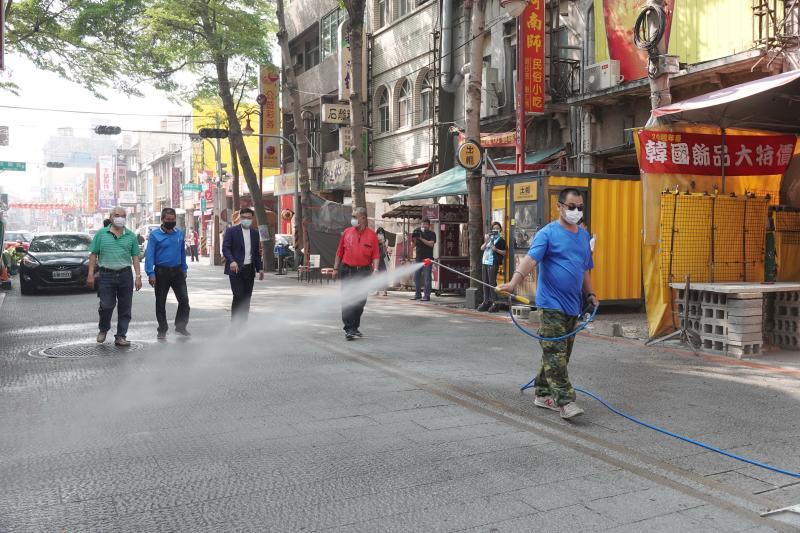 <br> ▲鹿港鎮公所今日先派員針對廟口、老街公共區域消毒。(圖/記者陳雅芳攝,2020.04.30)