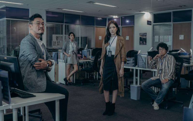 <br> ▲陳為民(左)飾演報社主管。(圖 / Netflix提供)