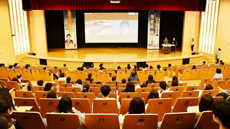 ▲ 高醫大校長講座採跨國視訊方式進行,現場參與同學則以梅花座方式入座。(圖/高醫大提供)