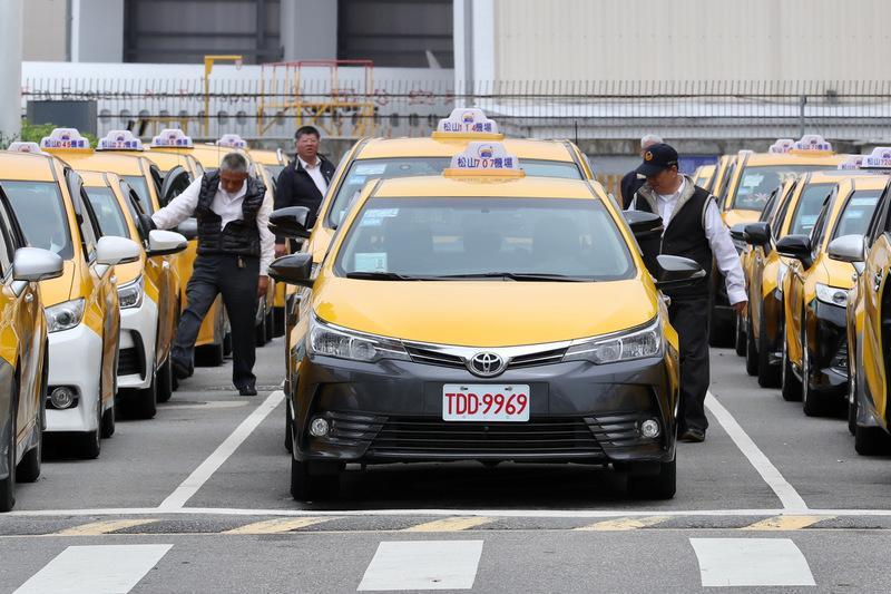▲交通部長林佳龍稱計程車司機是「防疫英雄」,將可領