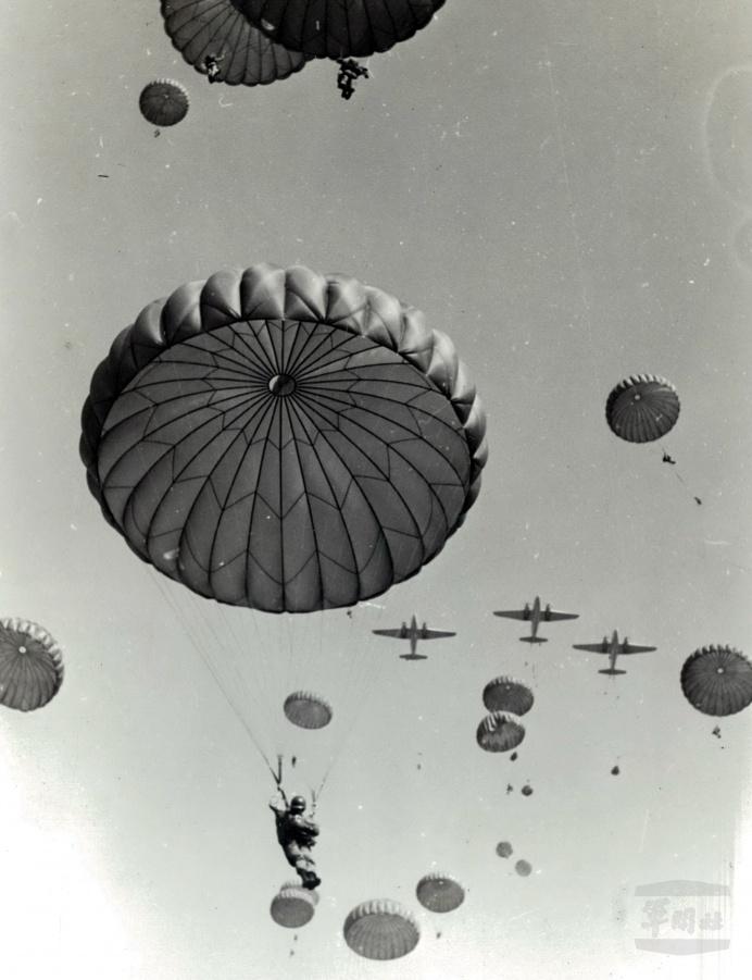 ▲ 4月8日是「傘兵節」,傘兵部隊輝煌的史頁,寫下一頁頁光榮史。(軍聞社資料照片)