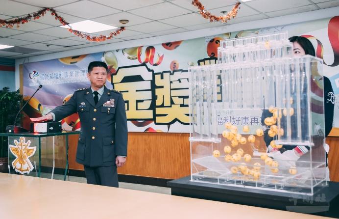 ▲ 福利處長吳俊一上校10日在監察人員及員工代表見證下,公開抽獎。(軍聞社記者吳柏融攝)