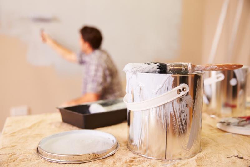 NOWNEWS0502_初學者可選用無痕羊毛刷,並把油漆以適量清水稀釋,調整黏度,刷油漆輕易上手。(圖/信義居家提供)