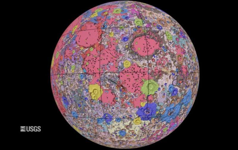 ▲「深色土色的是代表月球上的高地,而紅色和紫色則是更多的火山和熔岩流物質」。(圖/翻攝自 NASA / USGS )