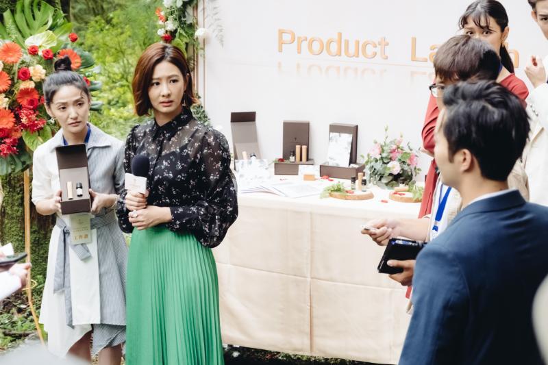 <br> ▲安心亞(左二)開記者會發表新費洛蒙香水產品,古斌(右前)突然出現。(圖 / 歐銻銻娛樂提供)