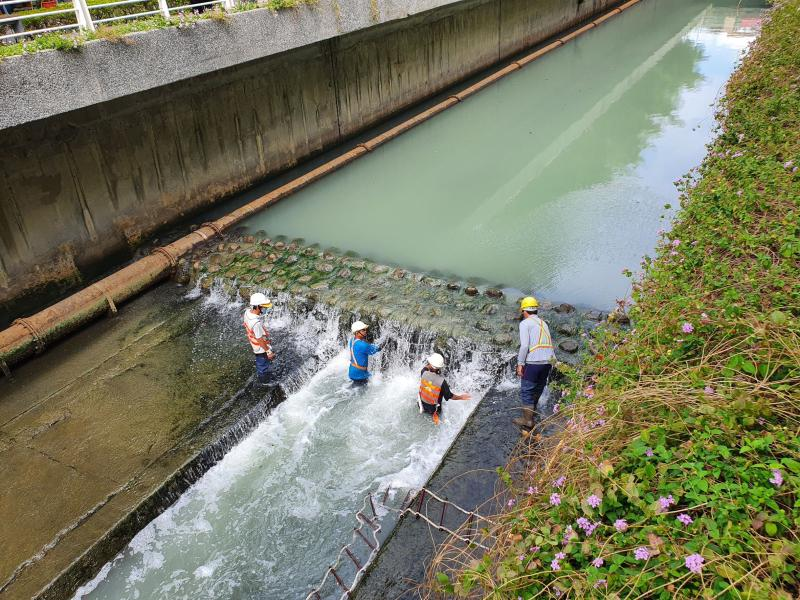<br> ▲水利局派清潔員工到幸福川攔沙點清淤、清通出水孔,以利河水流動。(圖/水利局提供)