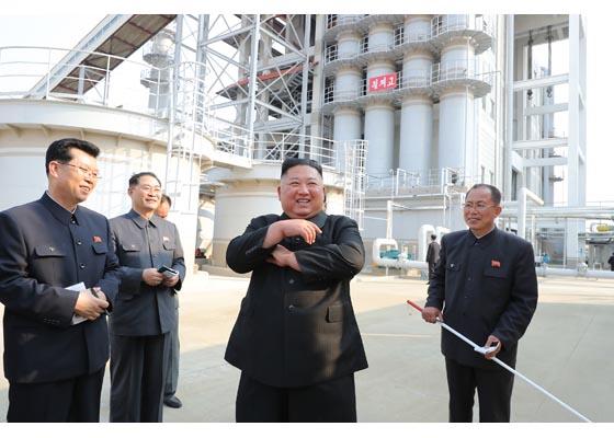 ▲金正恩選在五一勞動節亮相,照片被懷疑是假的。(圖/美聯社/達志影像)