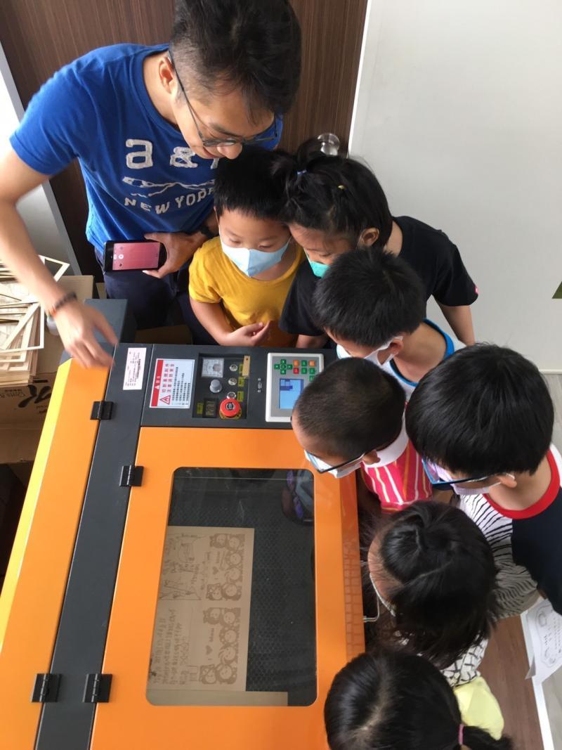 <br> ▲二林鎮廣興國小透過創客教學轉成立體木製卡片。即便,小一學生也能輕鬆上手。(圖/記者陳雅芳攝,2020.05.02)