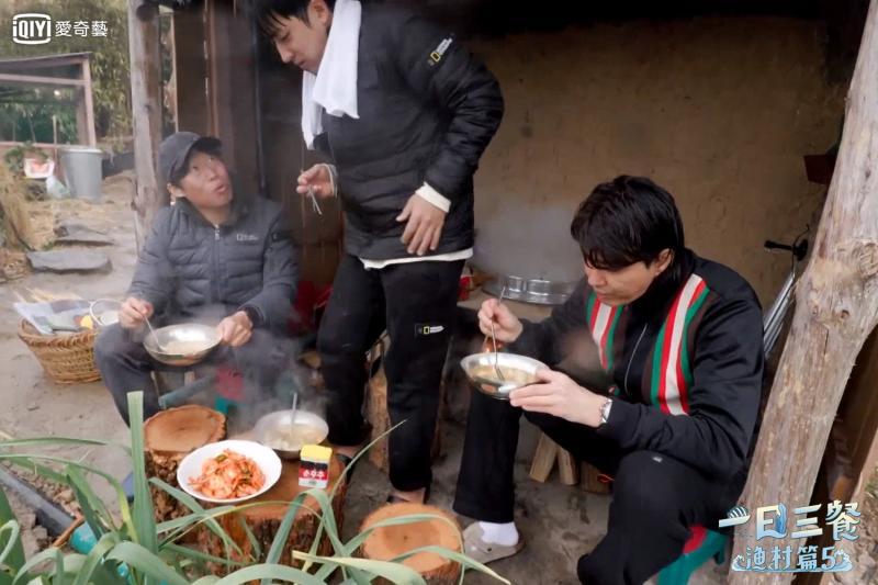 ▲孫浩俊(中)吃麵疙瘩吃到火燒屁股。(圖/愛奇藝台灣站)